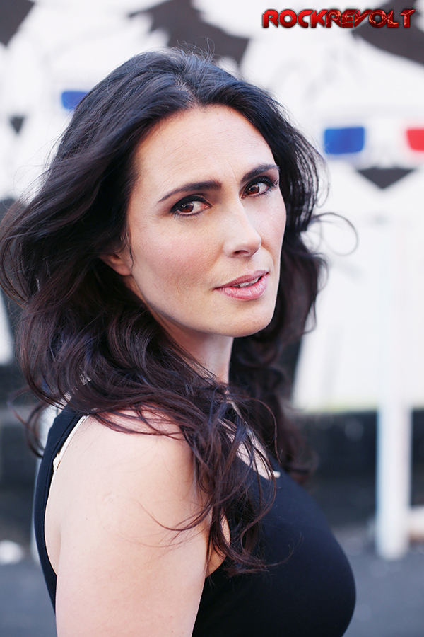{Gallery} Sharon Den Adel - Pagina 22 Sharon-den-adel-within-temptation-solo-press-photo-close-side